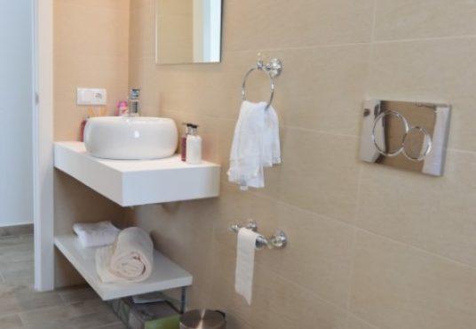 Villa Arena guest bathroom b