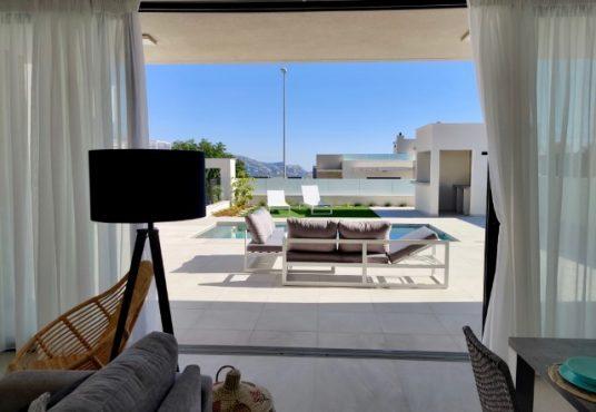 K'IIN VILLAS woonkamer met zicht op zwembad