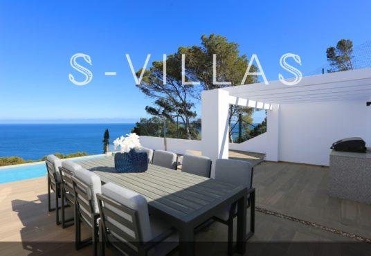 Villa in Ibiza stijl in Denia tafel buiten